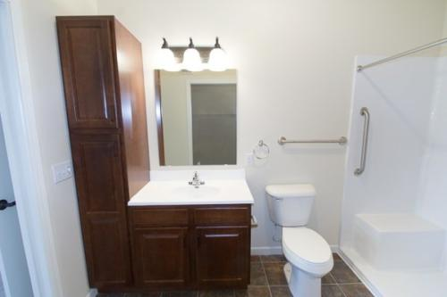 NRVCommons-0805_Hickory-Guest-Bathroom-min
